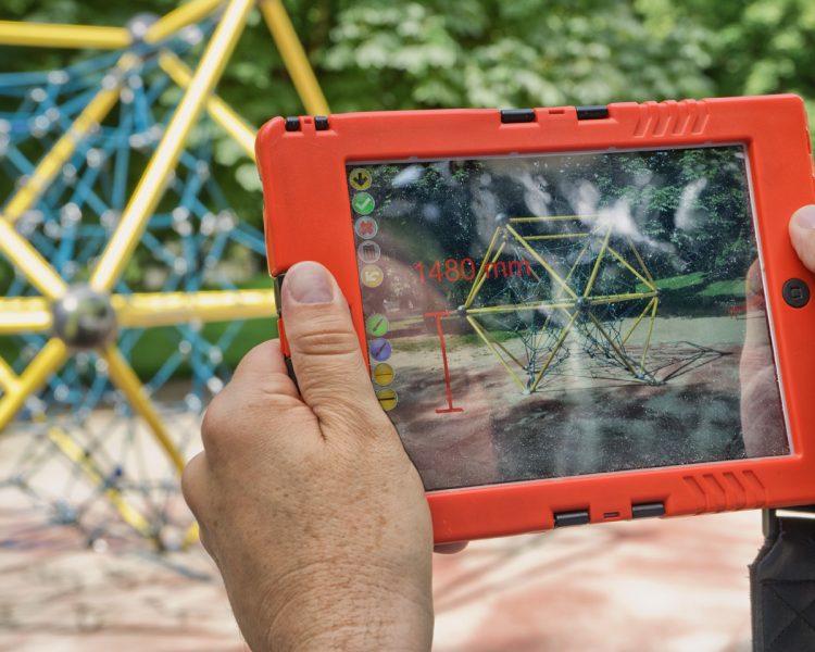 Software für Spielplatzprüfung – Spielplatzkontrolle: ZeitpadXT – Bemaßungen und Hinweise können unmittelbar auf dem Foto gemacht werden, mit Hilfe der Zeichnen- und Textfunktion. Mangelstellen und Hinweise können so leicht zugeordnet und gefunden werden.